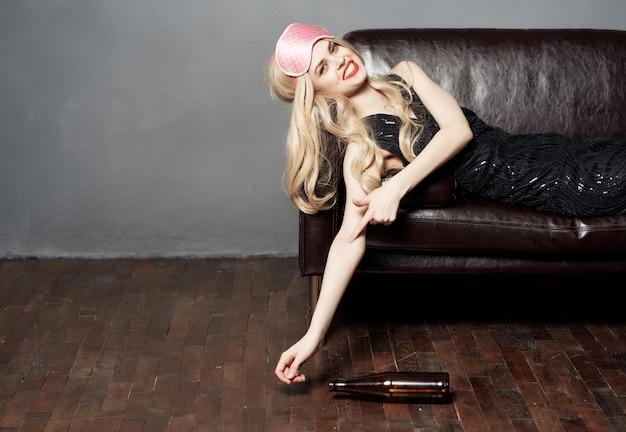 Frau auf der couch verschmierte lippenstift nachtleben alkoholflasche dunklen hintergrund