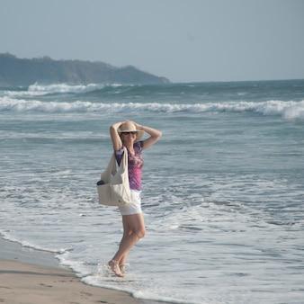 Frau auf der küste in costa rica