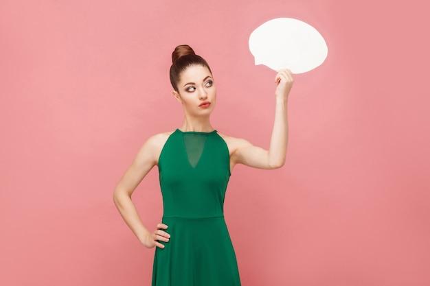 Frau auf der suche nach einer idee oder einer lösung für ein problem. ausdruck von emotionen und gefühlen konzept. studioaufnahme, isoliert auf rosa hintergrund