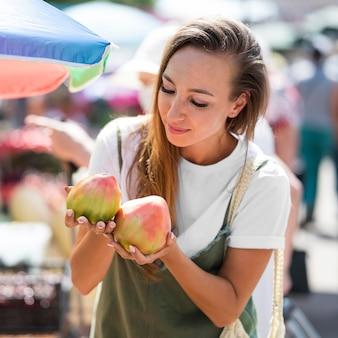 Frau auf der suche nach frischen früchten