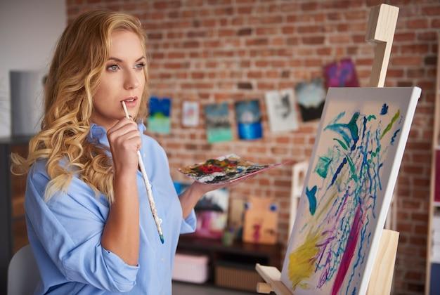 Frau auf der suche nach inspiration