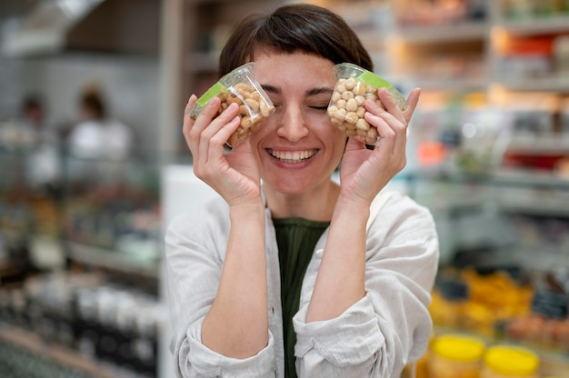 Frau auf der suche nach leckereien bei einem lokalen produzenten