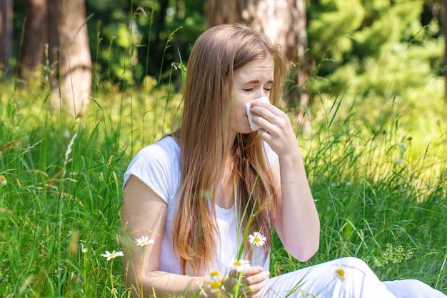 Frau auf der wiese niest