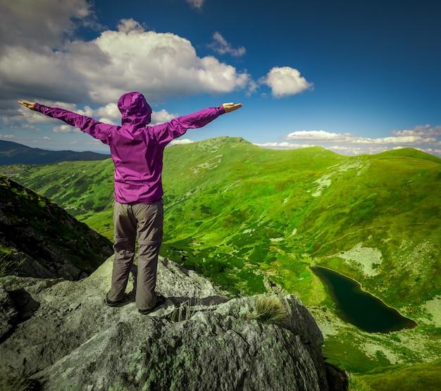 Frau auf einem berg