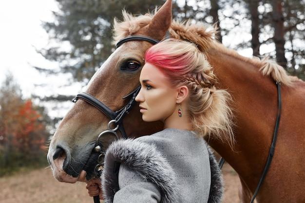 Frau auf einem pferd im herbst. kreatives make-up