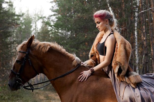 Frau auf einem pferd im herbst.