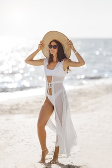 Frau auf einem strandsommerferienferienkonzept