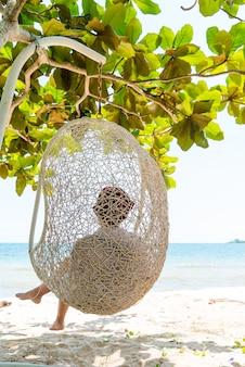 Frau auf einem tropischen strand