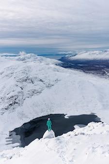 Frau auf einem verschneiten berg
