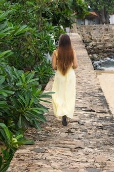 Frau auf einer steinmauer