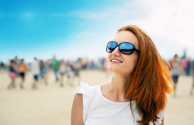 Frau auf einer strandparty