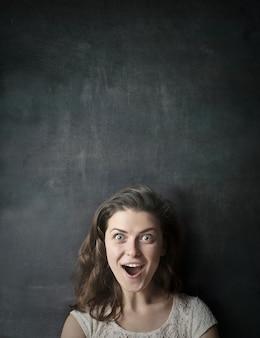 Frau auf einer tafel überrascht