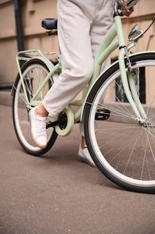 Frau auf ihrem fahrrad in der stadt