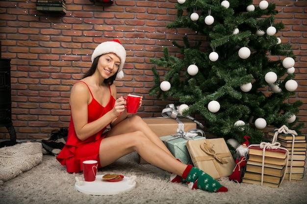 Frau auf weihnachten mit tes und plätzchen