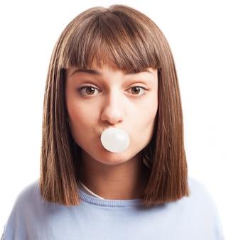 Frau aufblasen eines kaugummi