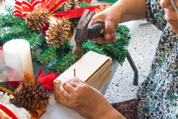 Frau bastelt zu weihnachten