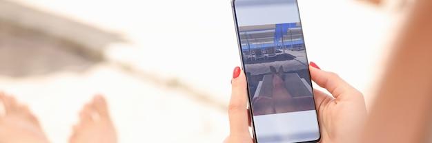 Frau bearbeitet aufgenommenes foto auf smartphone