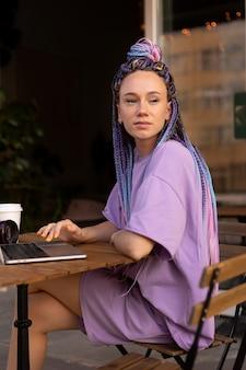 Frau bearbeitet ihre produktfotos