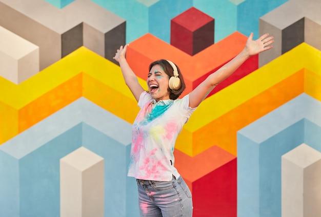 Frau bedeckt mit holi festival pulverfarbe