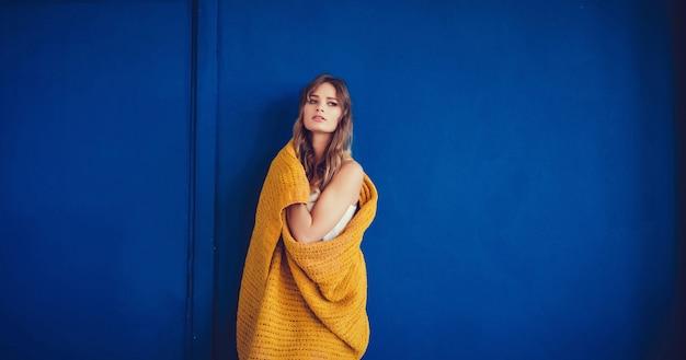 Frau bedeckt mit warmer wolldecke