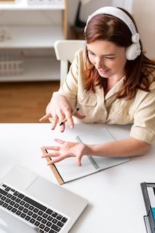 Frau bei der arbeit, die videoanruf auf laptop hat