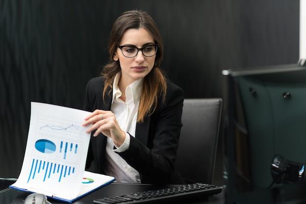Frau bei der arbeit in ihrem büro