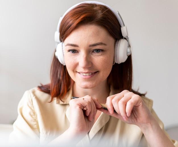 Frau bei der arbeit mit videoanruf