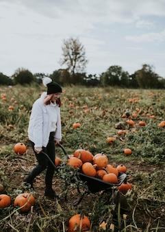 Frau bei einem kürbisbeet vor halloween