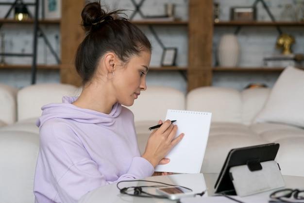Frau bei einem videoanruf zu hause