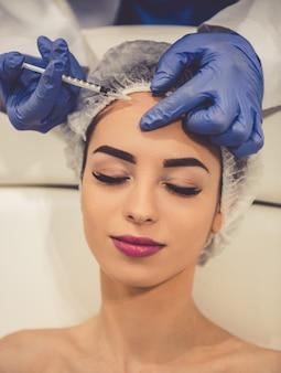 Frau bei kosmetikerin