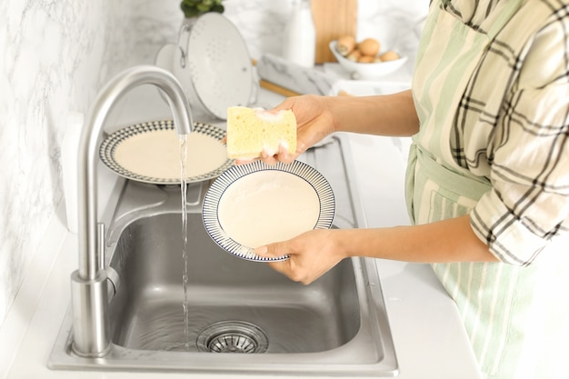Frau beim abwasch im spülbecken kitchen