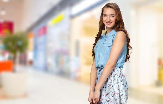 Frau beim einkaufen. glückliche frau mit einkaufstüten genießen beim einkaufen.