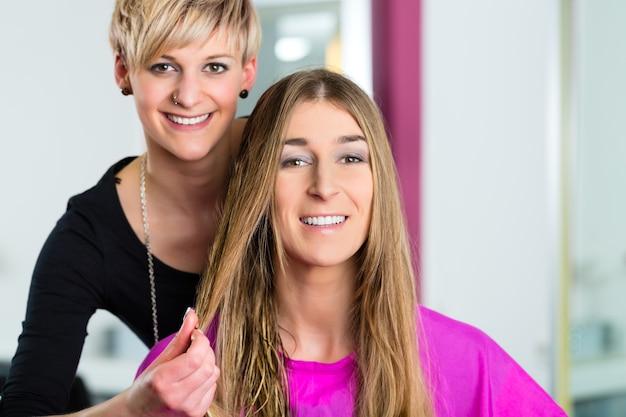 Frau beim friseur, die ratschläge zu ihrem haarstyling erhält
