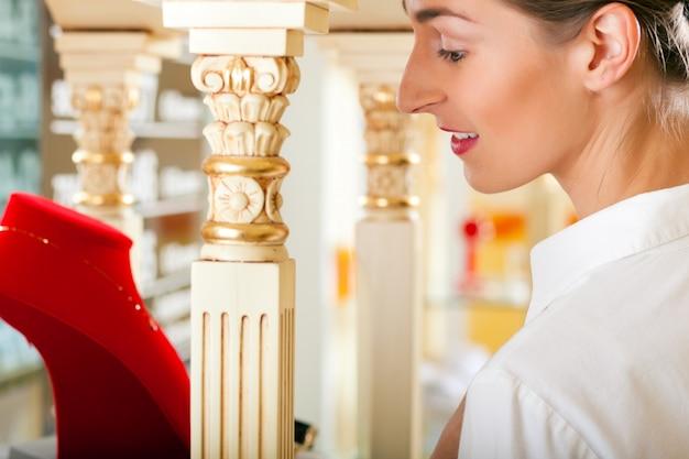 Frau beim juwelier