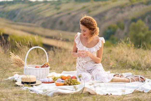 Frau beim picknick an einem malerischen ort. romantisches picknick