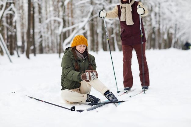 Frau beim skifahren verletzt