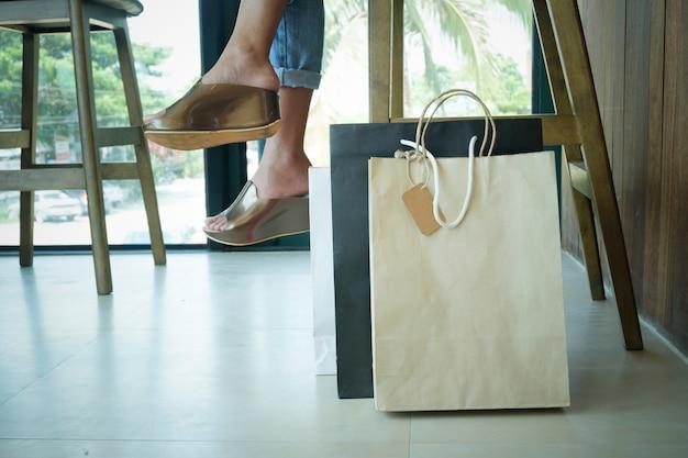 Frau beine mit einkaufstaschen