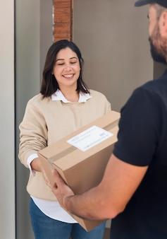 Frau bekommt ein paket geliefert