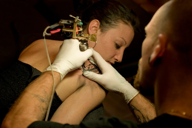 Frau bekommt ein tattoo