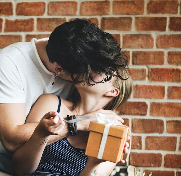 Frau bekommt eine geschenkbox von ihrem mann