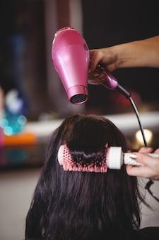 Frau bekommt ihre haare getrocknet