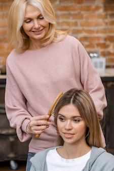 Frau bekommt ihre haare im salon gebürstet