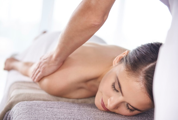 Frau bekommt massage im spa