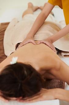 Frau bekommt medizinische massage