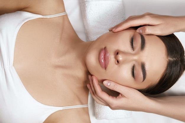 Frau bekommt spa-massage-behandlung im beauty-spa-salon