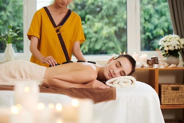Frau bekommt spa-therapie