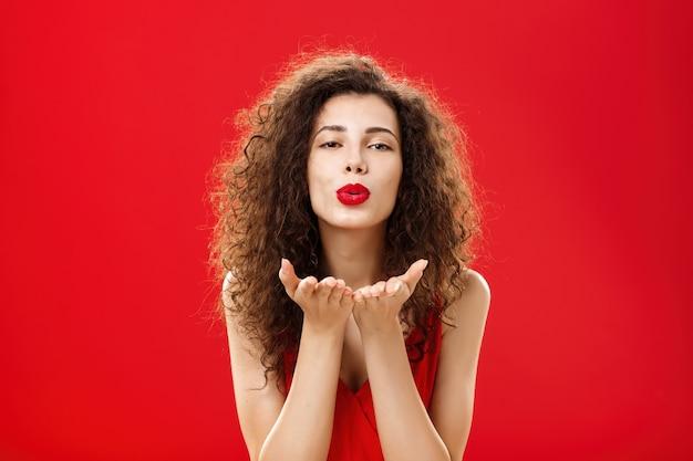 Frau belohnt freund mit leidenschaftlichem windkuss nach romantischem date-porträt eines sinnlichen heißen erwachsenen ...