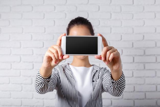 Frau benutzt ein smartphone