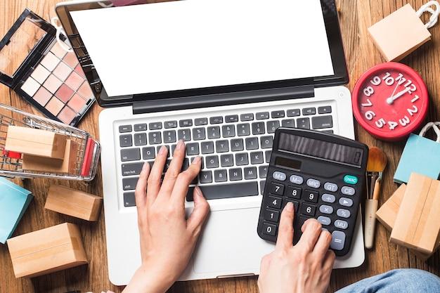 Frau benutzt einen computer, um online einzukaufen