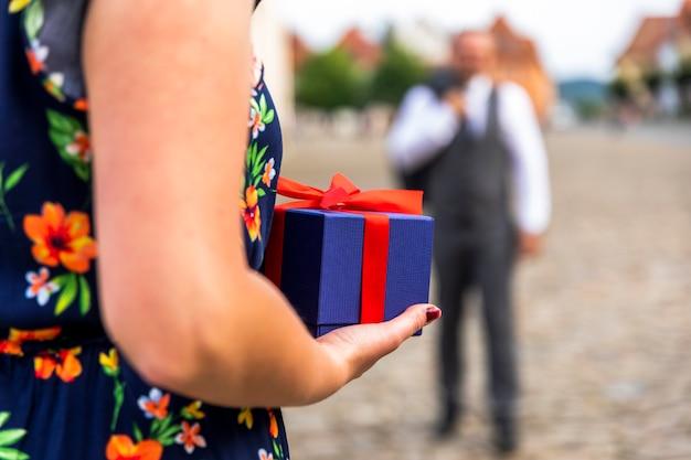 Frau bereit, ein geschenk zu geben